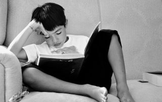Дете с книга